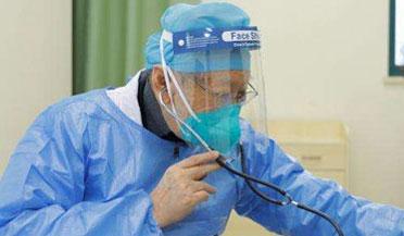 武汉86岁老专家坐轮椅出诊