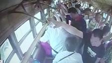 实拍八旬老太电车上吐血 众人合力施救