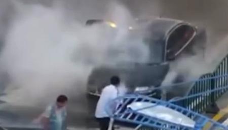 轿车突然自燃起火