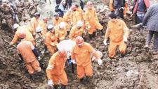 实拍湖南山体滑坡掩埋房屋 众人近距离围观险酿惨剧