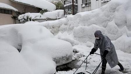 日本北部地区遭遇暴雪袭击 积雪厚度超过2米