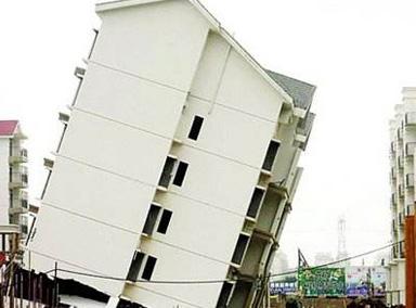 大雨过后多栋楼房在居民眼前倒塌