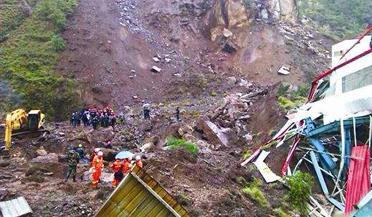四川山体滑坡百余人被埋
