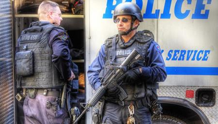 拿美国警察开玩笑 少年下场凄惨无比