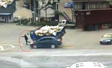 监拍行人在两车夹缝中奇迹逃生