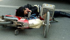 大叔眼疾手快 机智勇敢救下骑车女子
