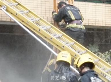 消防员救火被困4楼阳台令人心疼