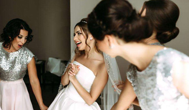 新娘不让伴娘团拦老公
