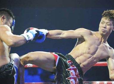 中华小子见日本拳手彻底失控,把对手当球踢