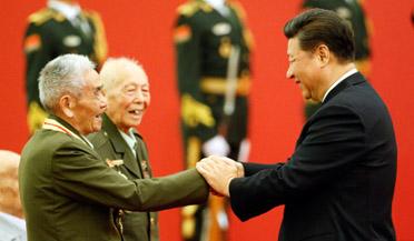 习近平为抗战老兵颁发纪念章