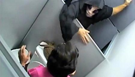 实拍变态男屡进女厕所偷拍 终被抓现行
