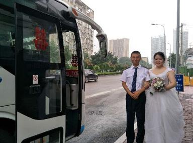 因公交车上三次相遇 情侣乘公交结婚