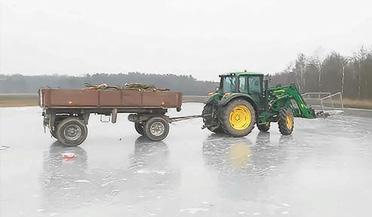 拖拉机牵引料斗冰面花式表演