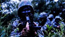 实拍解放军侦察兵暗夜摸哨 瞬间撂倒两名哨兵