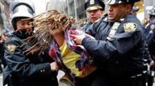 实拍美国警察连出重拳击打戴手铐女子胸部