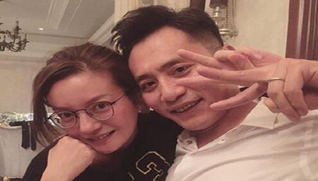 刘烨与赵薇合影还示爱 脸色微微泛红似乎都喝醉了