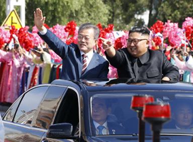 文在寅访问朝鲜金正恩前往迎接