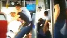 监拍男子要下车遭拒 拿酒瓶搂公交司机头