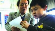 儿子患病失去行走能力 父亲背儿子上学上班