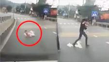 惊险!婴儿爬上高速公路
