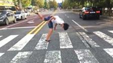 前方高能 此男子有特殊的过马路技巧
