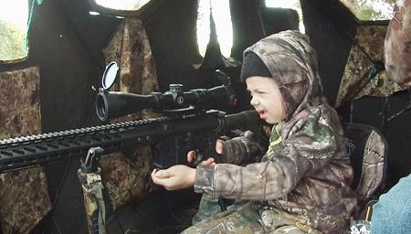 实拍美7岁女孩长枪猎鹿