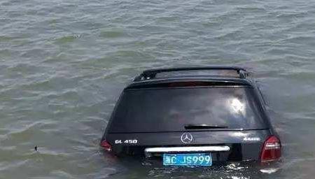男子开百万豪车冲入河中 淡定游上岸喝着酒离开