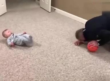宝宝被球球碰了一下头的反应让爷爷笑的五体投地