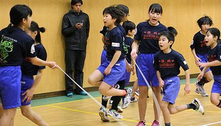 1分钟跳绳225次 日本小学生创纪录