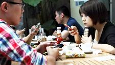 数据看春节:低头族玩手机时间多过陪家人