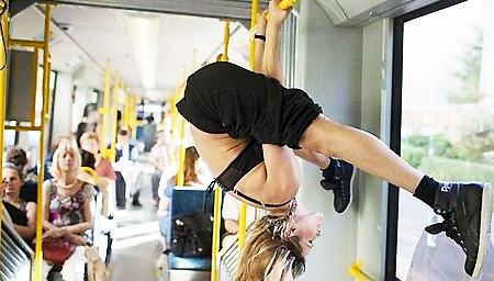 成都公交阿姨上演吊环体操