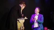 魔术师在台上用最神奇的方式 向女友求婚