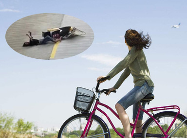 女子骑车看手机追尾前车