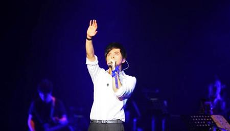 李健第一次美国开演唱会,一开口,现场就沸腾了