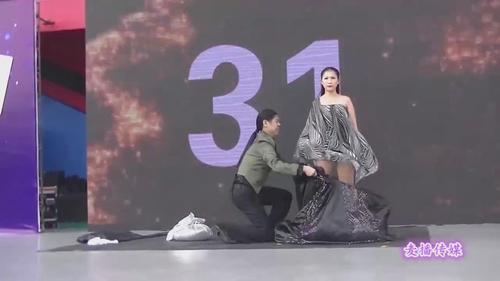 一分钟内换了18套衣服 这对夫妻打破世界纪录.