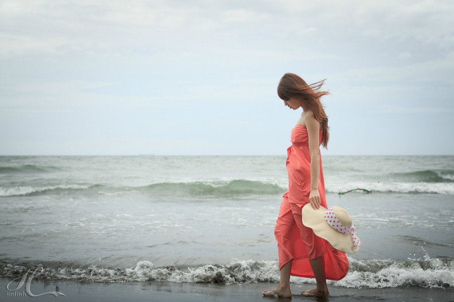 女孩在海边溜达的背影