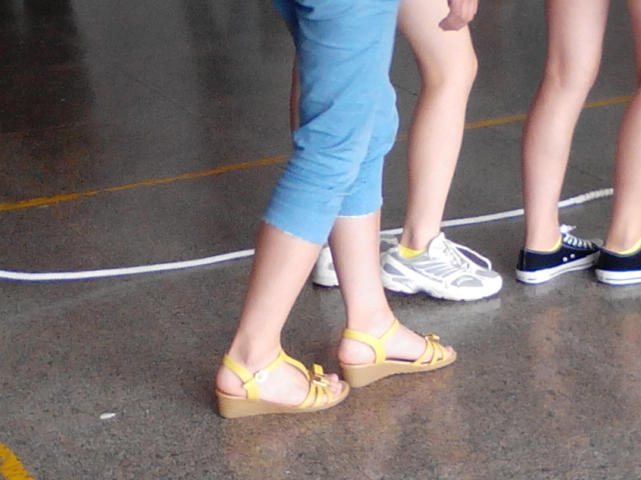 这个女孩子脚漂亮吗 她的脚有没有39码?