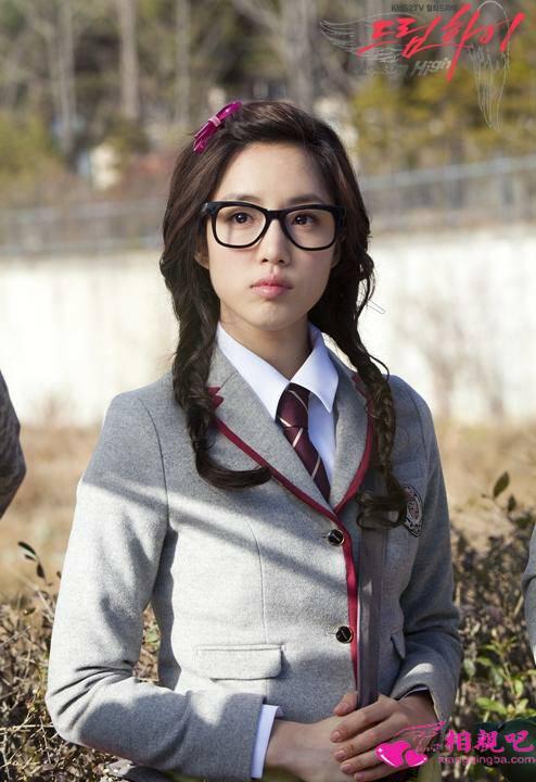 戴眼镜的女生,瓜子脸,欺负略黑,适合什么发型呢图片
