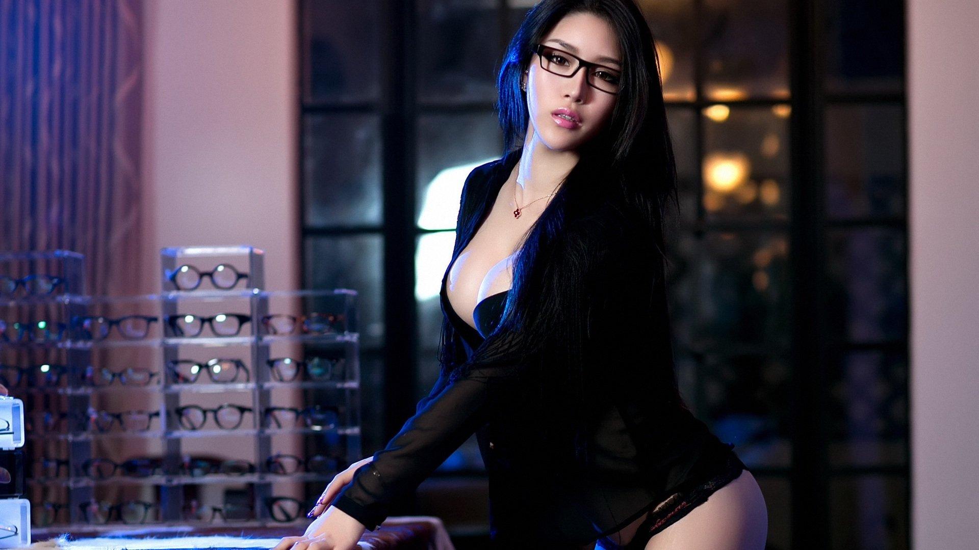 360安全桌面壁纸里边那个眼镜美女是谁啊?