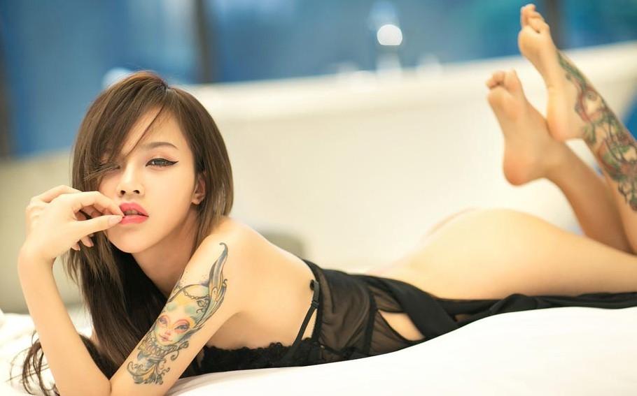 满背纹身简单一点的女生