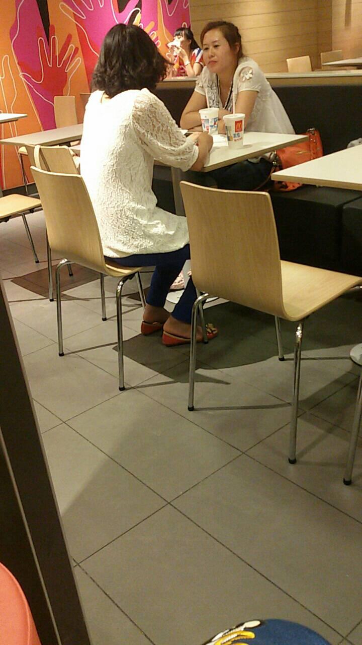 女生脱鞋晾脚