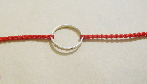 如何用红绳把戒指编织成手链