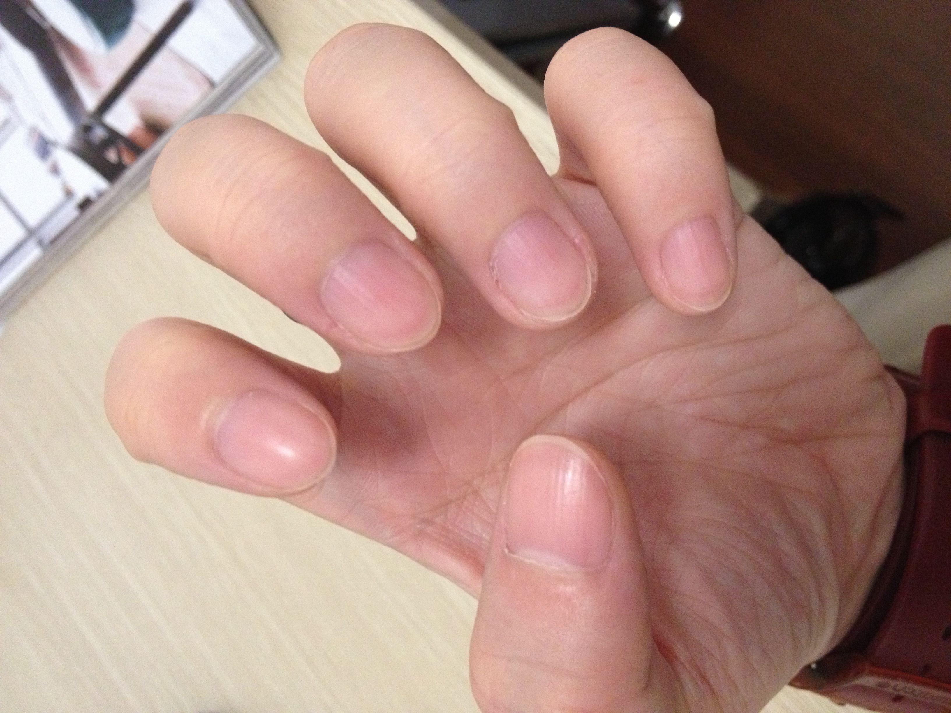 请问这样子的指甲修怎么样的形状好看呢