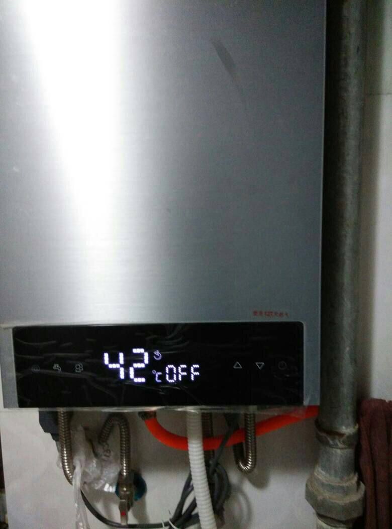 万和天然气热水器不打火了,有人说换个电池,没有找到电池盒,拆开看图片