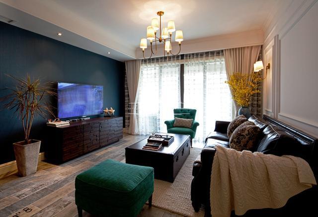 地面采用浅色木地板为客厅餐厅升温,卧室主要以温馨为主,符合每个居住