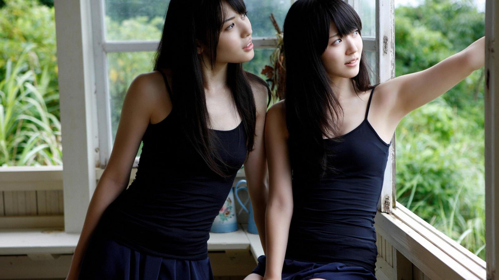 求图片:两个长发美女穿黑色吊带无袖衣交头接耳说