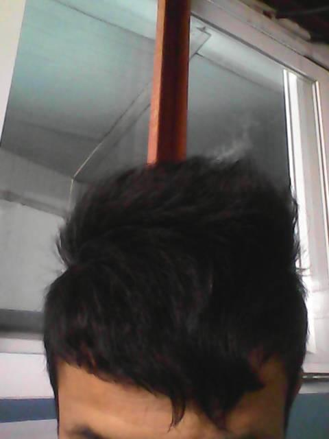 这头发前面额头的刘海天生卷的,去理发店做什么可以弄直 还有除了