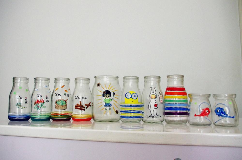 我在废旧的玻璃瓶上涂鸦了些图案,再利用当做调料瓶,丙烯颜料画上去不图片