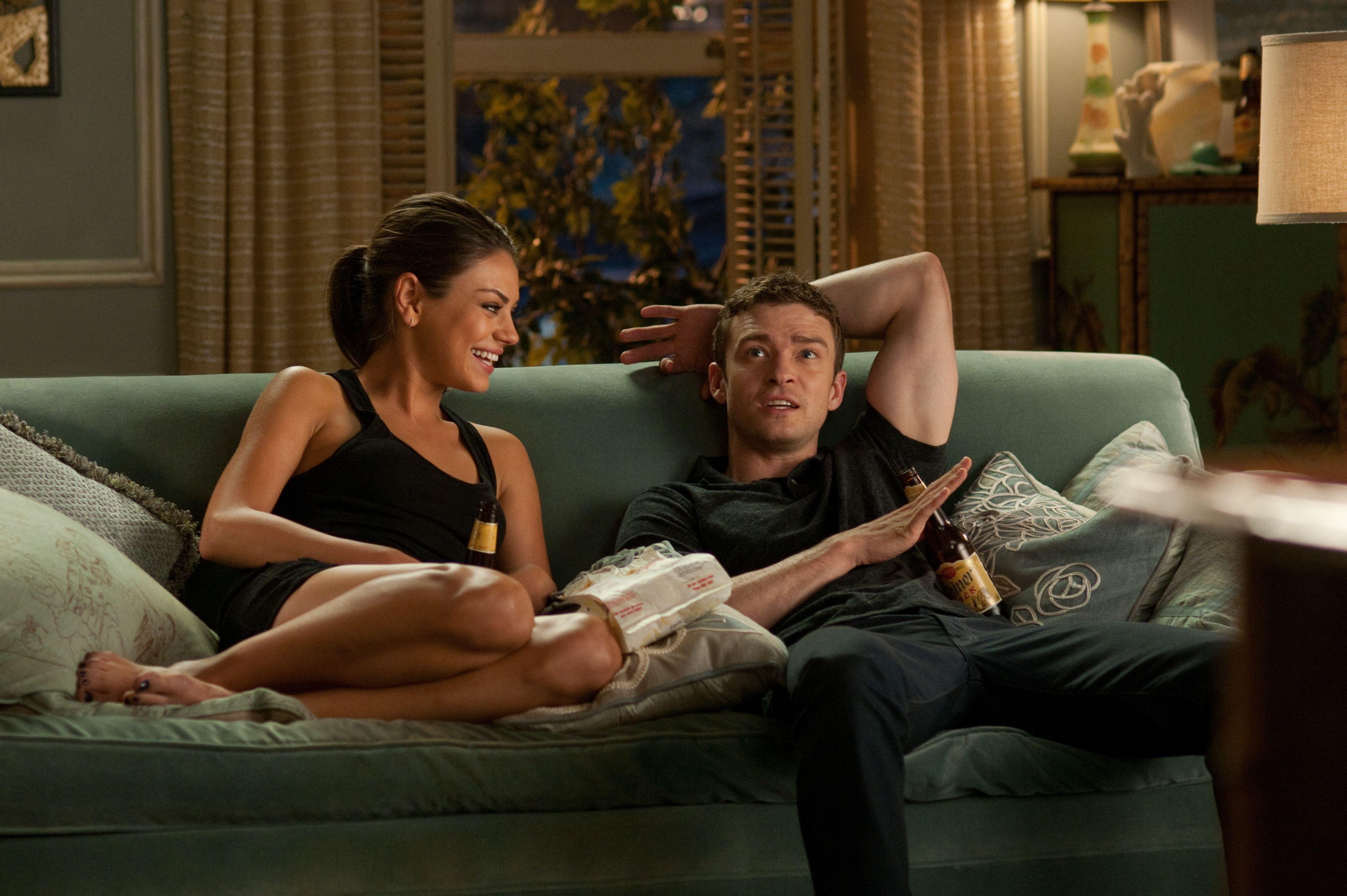 电影中有一幕是一个男的躺在地上,背景音乐的歌词有一句是love is