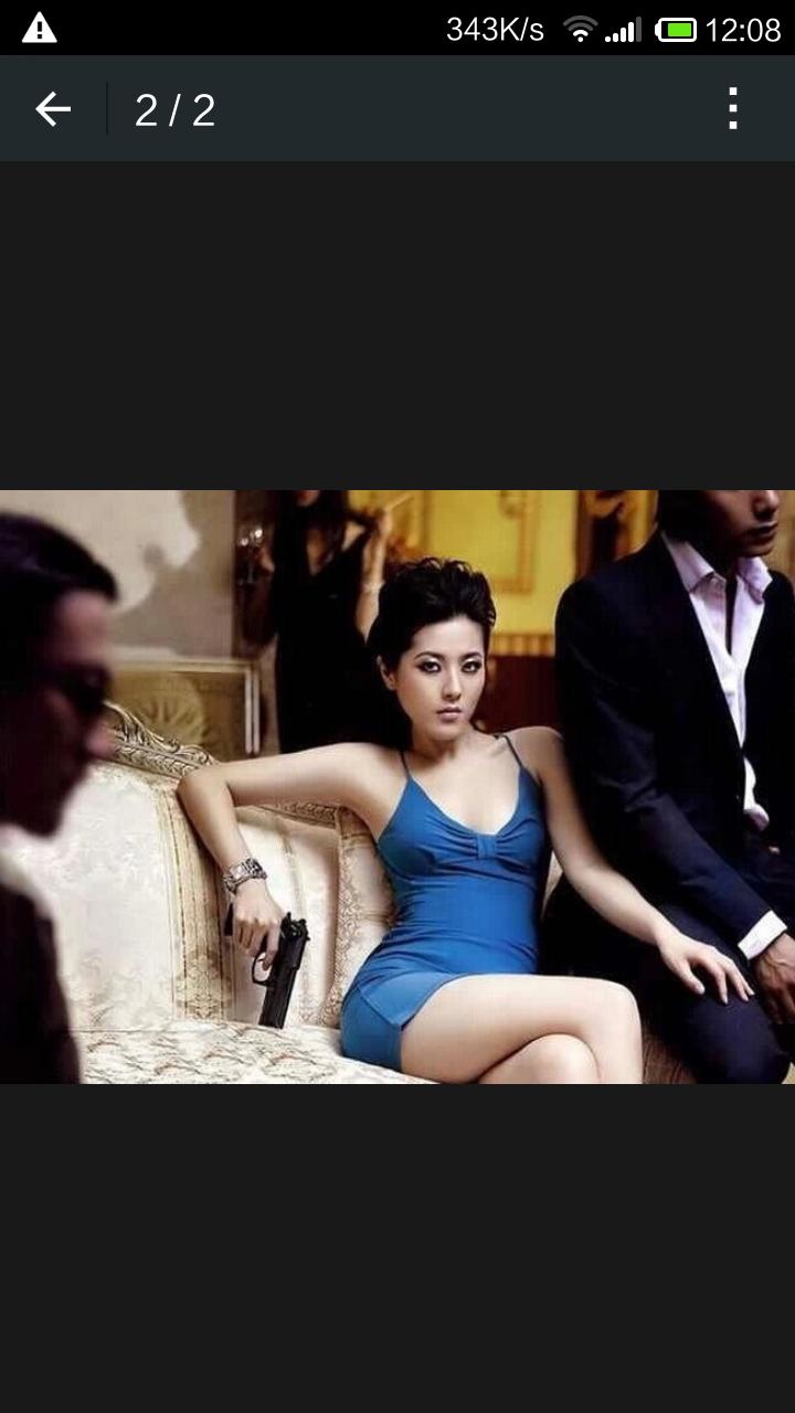 衣服美女坐在沙发上拿着一把手的图片是什么电影